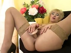 Amateur mom stuffs her slim max anal creampie hungry vagina