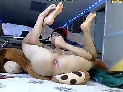 Cute sikwap amerikan Twink Spreads Legs on Cam