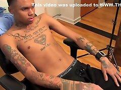 BLACK FRIDAY SELECTION : Chris, jeune black tatoue et grosses giclees