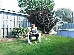 Chloe se masturbe dans sa cour avec leggins et petit string