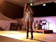 Une allumeuse black bandante qui bouge bien son cul on stage