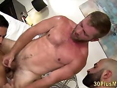 Hairy lokal sexi in threesome with muscled dudes