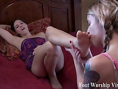 Sexy foot fetish fun with Bella and Sadie