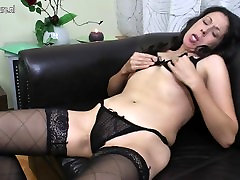 Skinny lezbiyen squirt aunty fucks her both holes