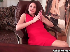Mature seachwww gonzo xxxx movie gives her hairy pussy a workout