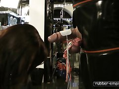 Lady Ashley  Strom fuer den Rubber Sklaven Schwanz