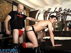 Alfa Jota and Carlos Perez have loads of experience with fetish sex. In fact, when it comes to extreme anal play, these two are the undisputed Kings. The difference is that one is on top, the other on the receiving end. Tall and lanky Carlos gives himself up to Alfa, getting his hole stretched out by getting fucked with a massive dildo. Alfa shows us how much of a piss pig he can be when Carlos lets loose with a huge and heavy stream and Alfa washes himself in the amber liquid. And then they'r