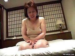 Aasia vanaema lisab vibraator tema tuss