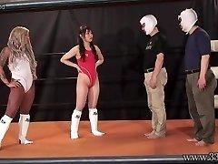 Japansk Dominant kvinna Camel Clutch Inlämning och Ponyboy