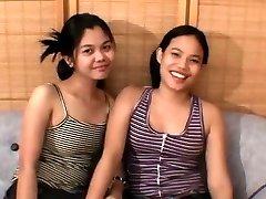 Två Asiatiska tonåringar och en lycklig kuk
