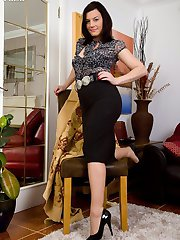 Naughty housewife Sofia in ff nylons!