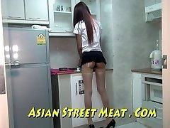 الآسيوية سويتي Sodomised في جوارب الأسهم