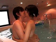 Szupercuki Japán tini Ruri szar a beltéri medence