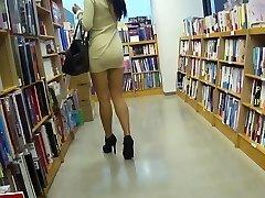 רגליים ארוכות אסיאתית זונה מתחת לחצאית בלי תחתונים