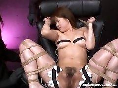Ragazza asiatica legato per raggiungere l'orgasmo estremo sessione con hitachi bacchetta magica