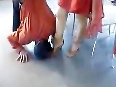 Paki Begum Mistress赤Shalwar Kameez足の信仰を受けるムスリムスレーブ
