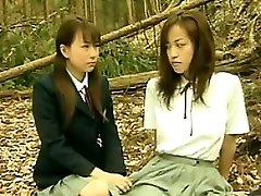Horny Asiatiques Lesbiennes À L'Extérieur, Dans La Forêt
