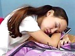 asiatische Schülerin mit geschweiften Klammern