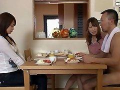 שני בחורים ושתי בחורות מקבל עירום בסלון