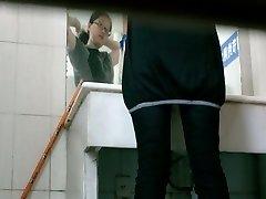 Tualetes voyeur video Āzijas meitene pissing, restorāns