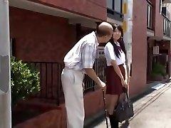 pusaudžu jap skolniece vilināja vecs vīrietis autobusu