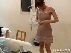 Suzu Tsubaki karstā milf viņas bikini demonstrē savus talantus