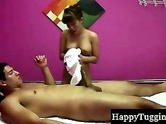 Asiatischen masseur macht ihn Schlag seine Ladung