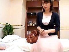 A poreden seks zdravnik čutno proučuje svoje azijske bolnika