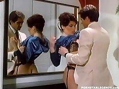 Busty Janey Robbins je v prdeli v kúpeľni