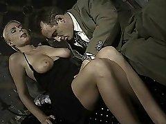 Italiaanse meisje doet kont-aan-mond in deze vintage clip
