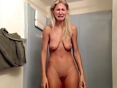 Hoe with saggy tits has phat breakdown on livecam