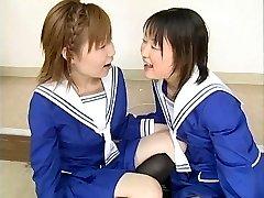 Dva Japonska schoolgirls udarec več fantje in swap cum