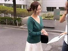 Priateľské Ázijské gal udržuje s úsmevom, kým jej dekolt je úplne odhalené