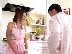 Симпатичные Азиатские девушка любит сосать член на кухне