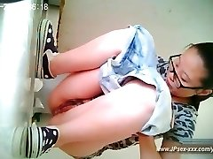 peeping asian girls go to toilet