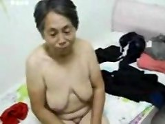 Asian granny oblačiti nakon seksa