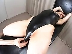 Azijski žena s kupaći kostim i losion