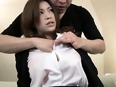 Sexy Asian babe fica um gosto de um pau duro no seu apertado nós