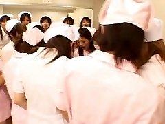 Asiática enfermeiros desfrutar do sexo em cima