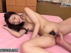 Menina japonesa esguicha depois de dedilhado