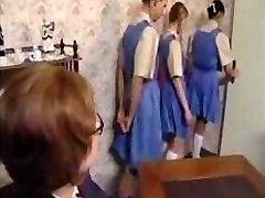 Nezbedné školáčky line up na ich zadku výprask trest