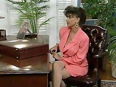 Sarah Young a Jon Těsta v kanceláři