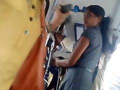 Šri Lanke, slatka office djevojke dupe u autobusu