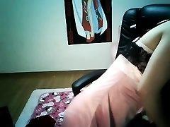 可爱的中国女孩的乳头穿在家庭上传京通过太阳