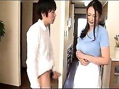 Kellemes Ázsiai háziasszony dolgozik a keze, szája egy