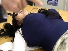 óriás busty ázsiai lány játék a srácok az irodában