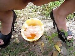 Ja a môj chlap pissing v melón, potom nalial moču na seba)