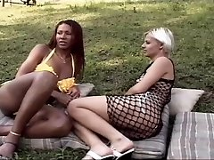 Ebony tranny nails a hot chock outdoor