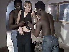 Bela žena kurba Rebeca daje želijo blowjob za duo veliki črni škatli