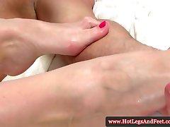 Kathia Nobili provocando com seus pés